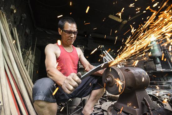 原生故事|再硬的铁,都会软︱洒渔街的打铁匠